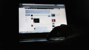 كيف تتلاعب بفيسبوك وتويتر بدلاً من أن يتلاعبا بك