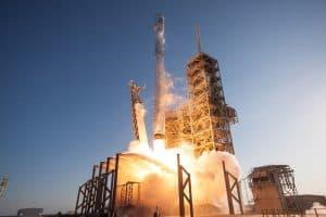 رحلة ضخمة إلى الفضاء الخارجي تحمل معها رفاتاً بشرياً وأقماراً اصطناعية وقطعاً فنية