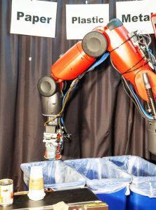 روبوت يبحث في القمامة ويميِّز المواد القابلة لإعادة التدوير عن غيرها