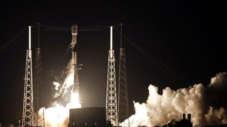 سبيس إكس تطلق أول 60 قمراً اصطناعياً في منظومتها للإنترنت الفضائي