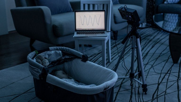 تطبيق لمكبر الصوت الذكي مخصَّص لمراقبة الطفل