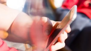 دراسة جديدة توضّح الفرق بين الأجيال في طريقة كتابتهم على الهواتف الذكية