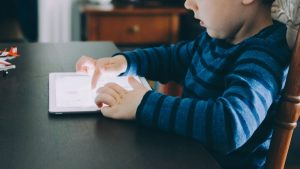دراسة حديثة: الوقت الذي يقضيه الأطفال أمام الشاشة قد يكون مفيداً لهم