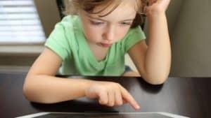 الجلوس لوقت طويل خلف الشاشات قد يؤثر على تطور أدمغة الأطفال