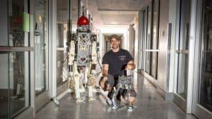 دمية روبوتية تتعلم المشي عند تثبيتها على السيقان البشرية