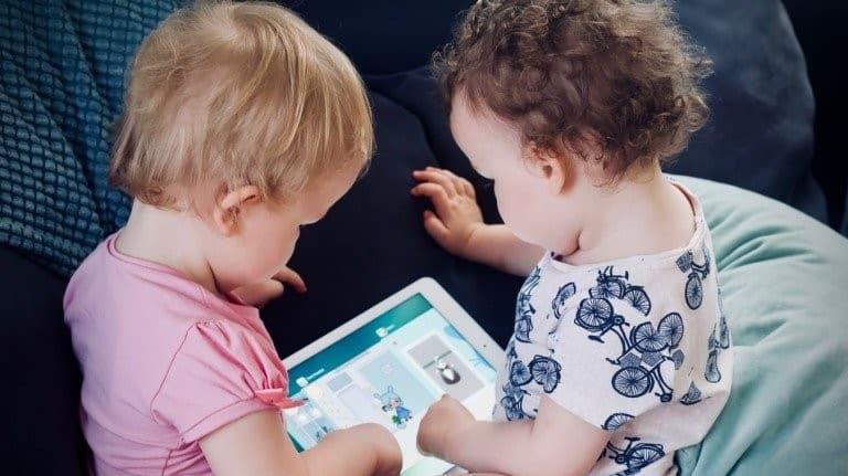 دراستان تلقيان اللوم على الأمهات فيما يتعلق بوقت تعرّض الأطفال للشاشة