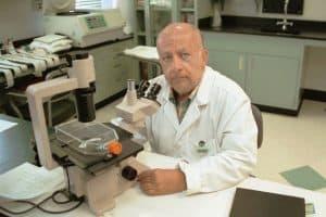 تعرّف على الدكتور السوري الأميركي حُنين معَصّب الذي قضى حياته في تطوير لقاح للأنفلونزا