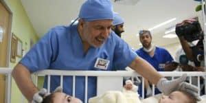تعرّف على الدكتور السعودي عبد الله الربيعة الرائد في مجال فصل التوائم السيامية