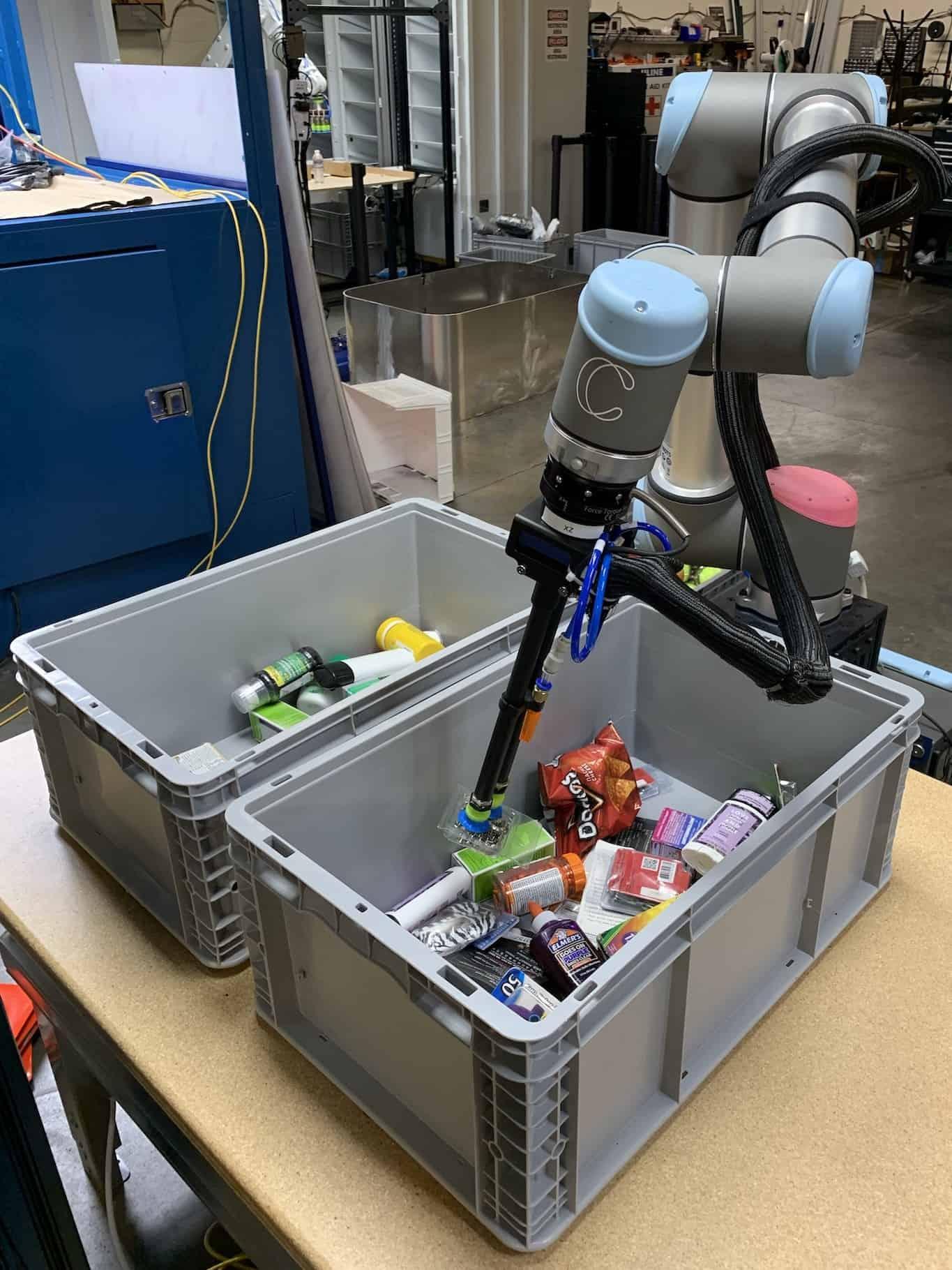 ذراع روبوتية تعمل في المستودعات