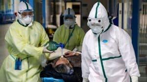 ما الذي يحدث بالضبط عند الإصابة بفيروس كورونا؟