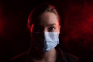 الشباب معرّضون للإصابة بالمضاعفات الخطيرة أو حتى الموت بسبب فيروس كورونا