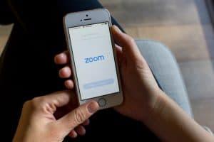 ثغرة أمنية في زوم سمحت بمشاركة بيانات الأجهزة مع فيسبوك