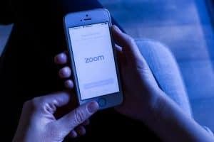 مكالمات زوم غير مشفرة من طرف إلى طرف كما تدّعي الشركة