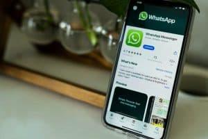 واتساب تفرض قيوداً جديدة على إعادة توجيه الرسائل لكبح انتشار المعلومات المزيفة