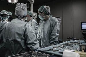 كيف أثر التعامل مع وباء كورونا على إدارة وإجراء العمليات الجراحية؟