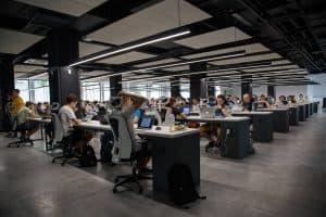 كيف يمكن للشركات أن تضمن عودة آمنة لموظفيها إلى أماكن عملهم؟