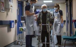 خبراء طبيون يَدعون إلى بدء الاستعداد لارتفاع حاد في إصابات كوفيد-19 الشتاء القادم