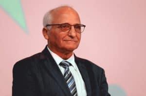 تعرّف على المغربي الفرنسي رشيد اليزمي ومساهماته البارزة في تطوير بطاريات أيون الليثيوم