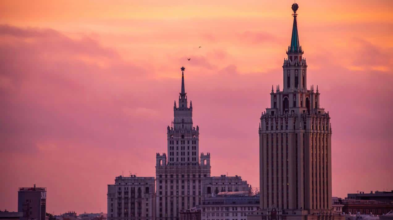 اتهام قراصنة روس باستهداف باحثين يطورون لقاحات كوفيد-19