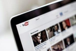 كيف تستمر فيديوهات المؤامرة الخاصة بكوفيد-19 في حصد ملايين المشاهدات؟