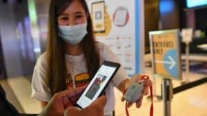 هل سنضطر إلى حمل جوازات التطعيم على هواتفنا؟