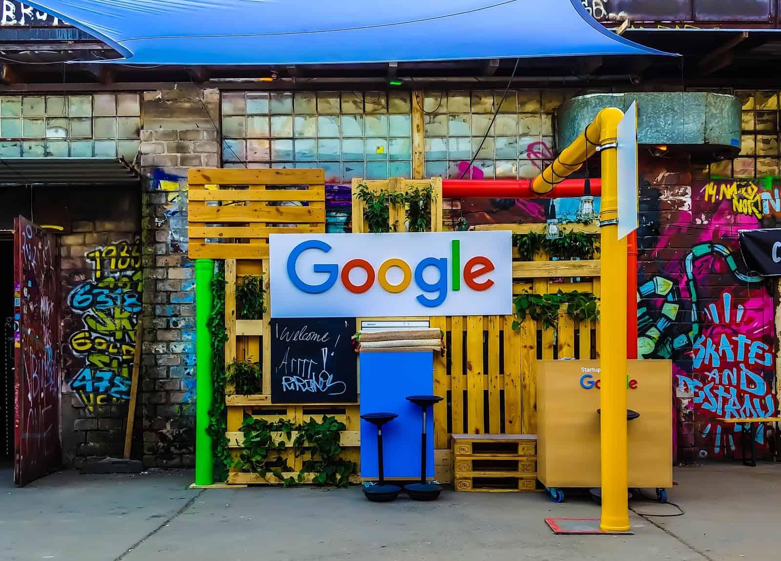 شعار شركة جوجل في أحد شوارع ألمانيا