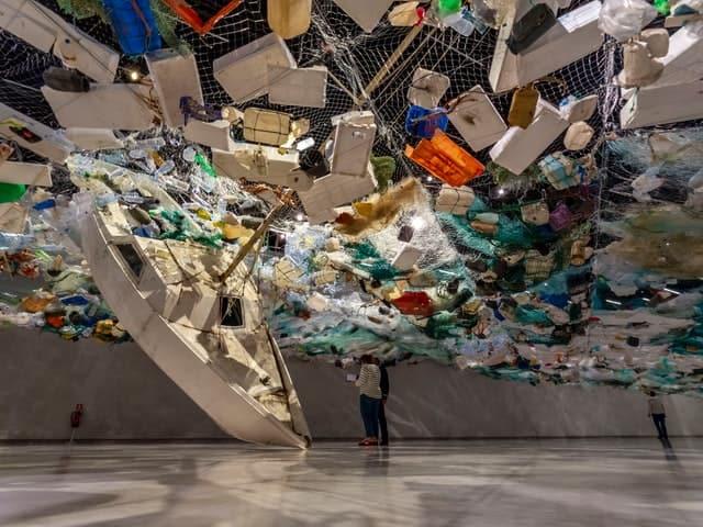 معرض يصور النفايات البلاستيكية في المحيطات