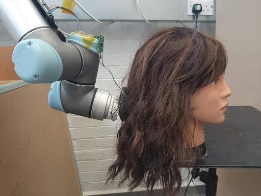 ذراع روبوتية لتسريح الشعر