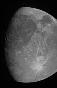 أول صورة قريبة لقمر المشتري (جانيميد) منذ أكثر من 20 عاماً