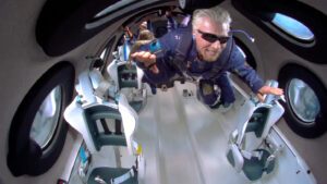 ما نتائج رحلة ريتشارد برانسون إلى حدود الفضاء الخارجي بالنسبة للسفر الفضائي؟
