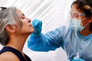 ما نعرفه عن كيفية انتشار سلالة دلتا من فيروس كورونا