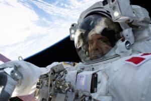 ماذا يمكن أن تعلمنا الفيزياء حول التواجد في الفضاء